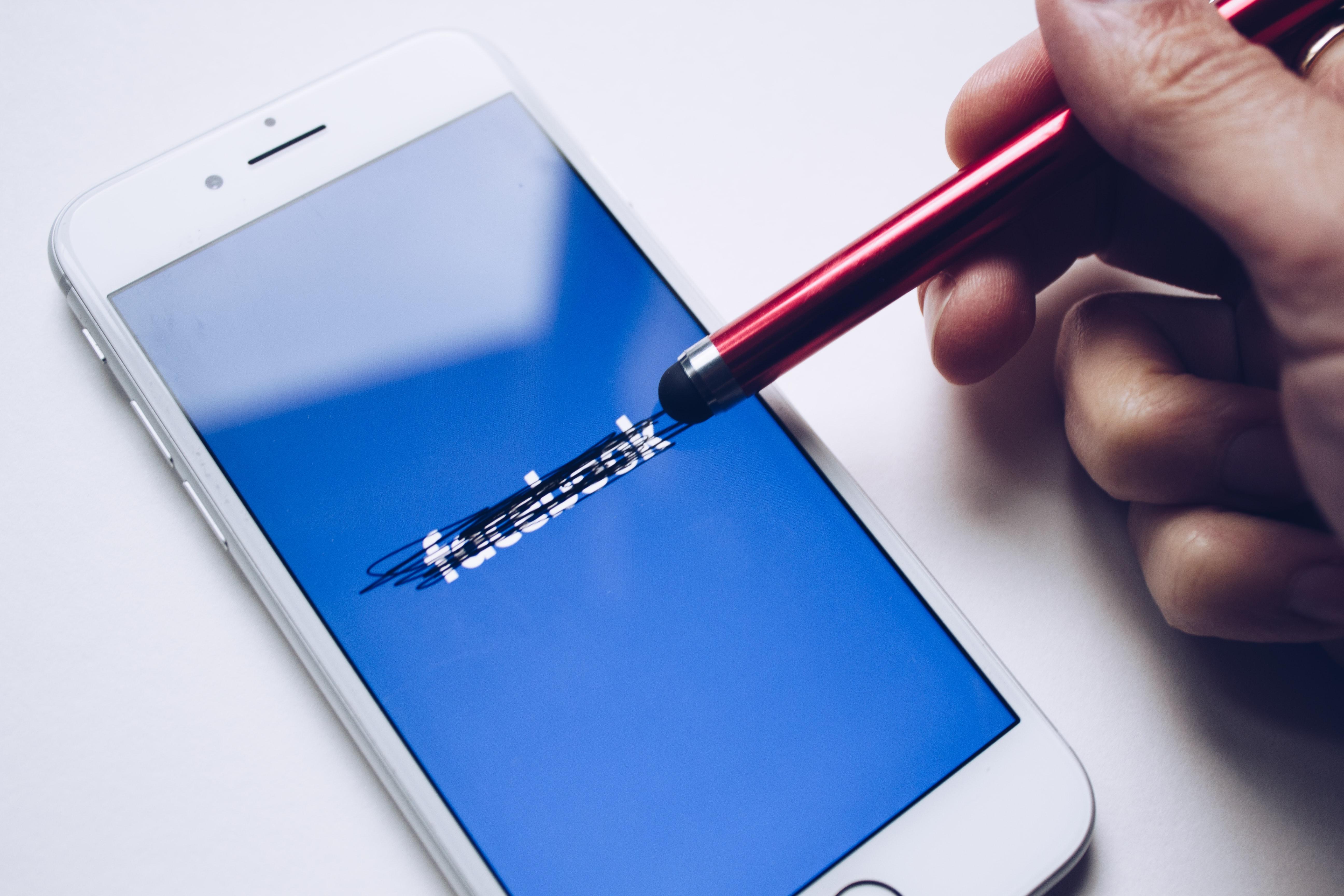 Facebook si stěžuje naApple. Tvrdí ale pravdu?