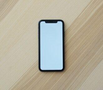 Apple opět zpomaluje iPhony, tvrdí španělská OCU